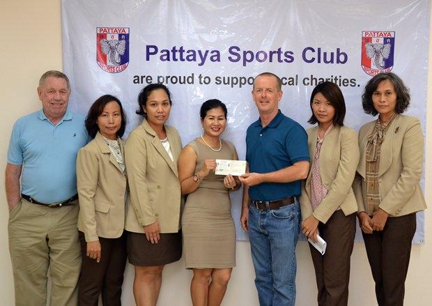 Noi  Emmerson und George Bennison vom PSC übergeben einen Scheck in der Höhe von 10.000 Baht an Derek Franklin, den PR Mann der Father Ray Stiftung.