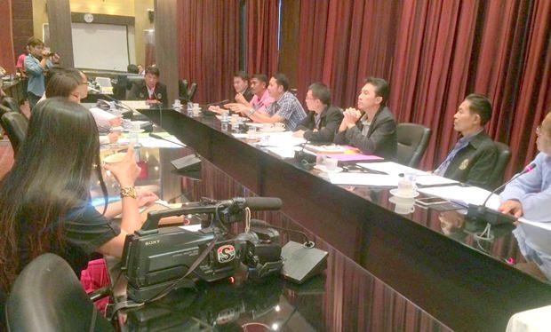 Praiwan Aromcheun, der Stadtratsvorsitzende für die Abteilung Sport, hat den Vorsitz beim Treffen.