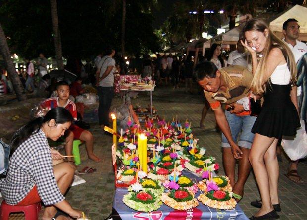 Krathongs werden am Pattaya Strand ins Meer gelassen.