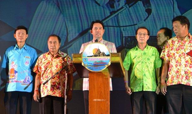 Bürgermeister Ittipol Kunplome eröffnet das Loy Krathong Fest in Naklua.