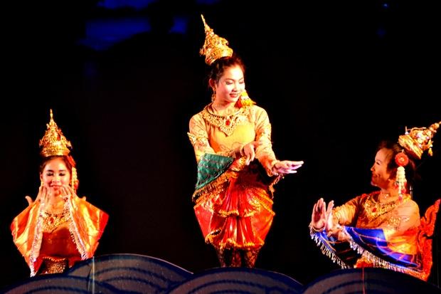 Schüler der Schule Nr, 9 zeigen traditionelle Tänze.