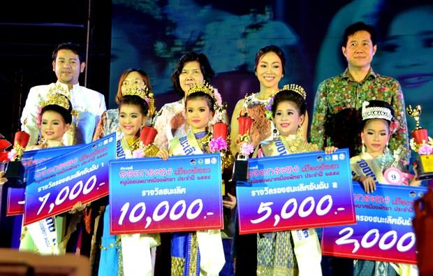 Miss Noppamas 2015 wurde Patranit Kithiworawutinan (vorne Mitte). Hier im Reigen ihrer Mitbewerberinnen.