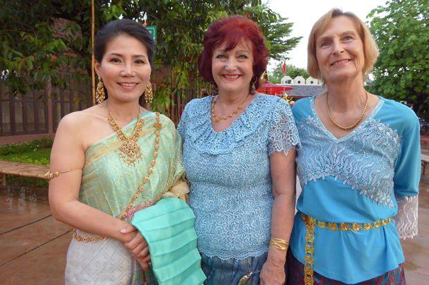 Die Besitzerin des Thai Thani Village, Jatuporn Pisalwalerd (links), begrüßt Elfi Seitz (Mitte) und Dr. Margret Deter (rechts) herzlich.