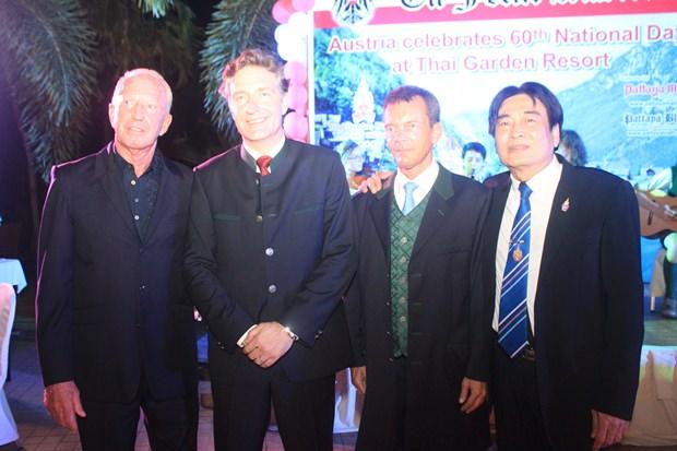 Bei der Begrüβung: (von links) Gerrit Niehaus, Botschafter Mag. Enno Drofenik, Honorar-Generalkonsul Rudolf Hofer und Vizebürgermeister Ronakit Ekasingh.