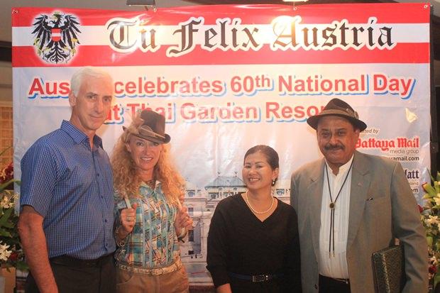 Viel Spaβ bei der Party haben (von links) Jeffrey Gaudiano, Irene Schürmann, Noi Emerson und Peter Malhotra.