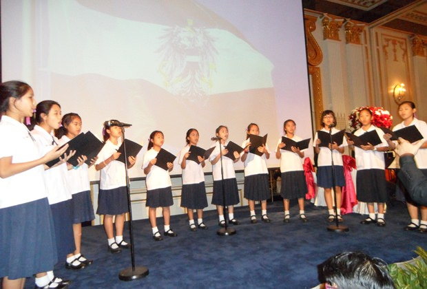 Der thailändische Kinderchor beim Absingen der österreichischen Bundeshymne.