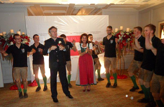 Österreichs Botschafter tanzt mir Dr. Renate Mettler und den Bärntalplattlern um die Wette.