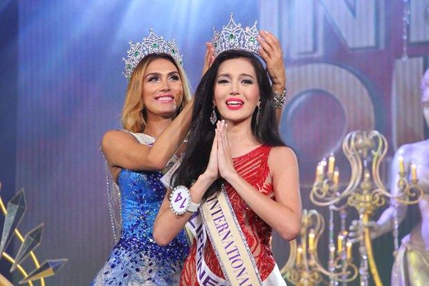 Miss International Queen 2015, Trixie Maristela wird von ihrer Vorgängerin Isabella Santiago gekrönt.