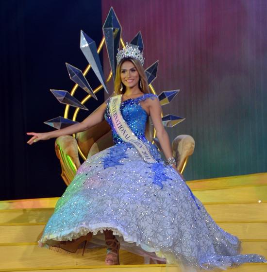 Die vormalige Miss International Queen 2014, Isabella Santiago aus Venezuela verabschiedet sich.
