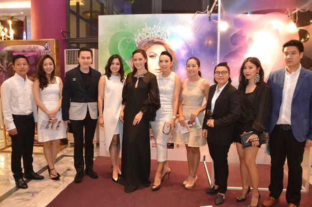 Alisa Phanthusak, die Vize-geschäftsführende Direktorin von Tiffany's  (Mitte) mit VIPs.