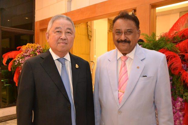 Zwei langjährige Freunde:  Sutham Phanthusak, der geschäftsführende Direktor von Tiffany's Theater und Woodlands Hotel group und Peter Malhotra, der geschäftsführende Direktor von Pattaya Mail Media Gruppe.