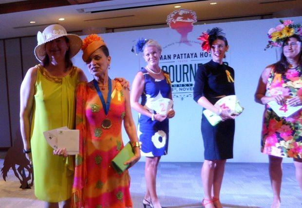 Marie-Nicole Roy aus Kanada erhält von Helle Rantsen den ersten Preis für das hübscheste Outfit. Im Hintergrund einige der Mitbewerberinnen.