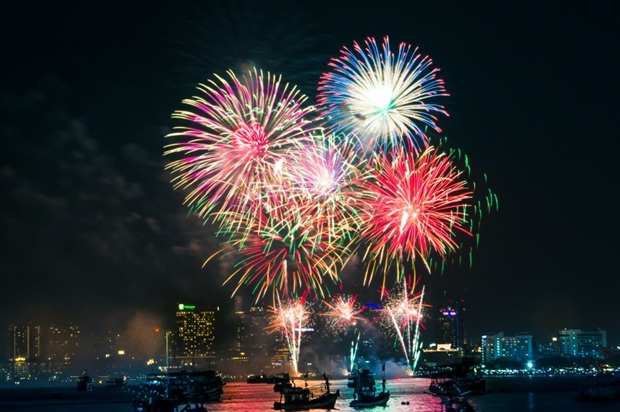 Ein Blick auf das Feuerwerk vom Bali Hai Pier. (Jetdsada)