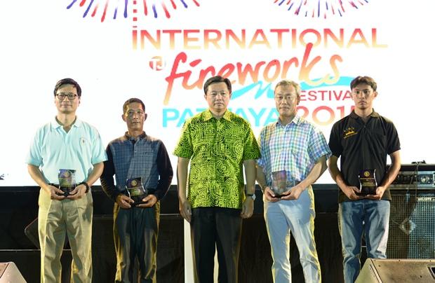 Wittaya Kunplome (Mitte) beim Erinnerungsfoto mit Repräsentanten aus China, den Philippinen, Korea und Japan bei der Eröffnungszermonie.