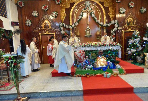 Die Priester halten die heilige Weihnachtsmesse.