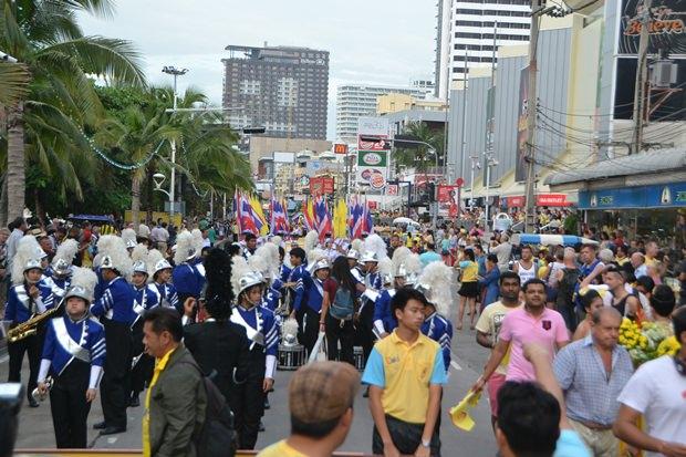 Einwohner Patayss nehmen an der Parade teil.