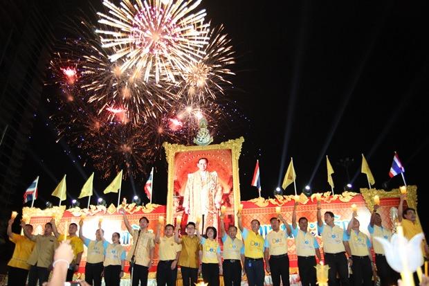 Bürgermeister Ittipol Kunplume leitet die Feierlichkeiten und singt die Königshymne mit.