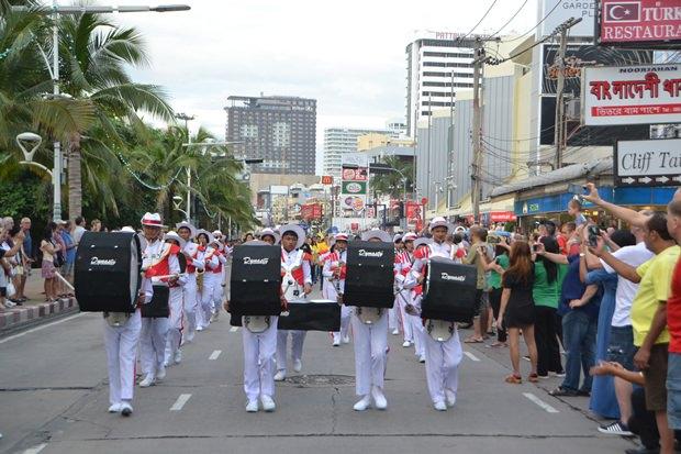 Blasmusikkapellen der Schulen 9 und 11 führten die Parade an.