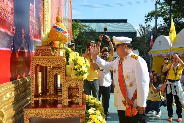 Bezirkschef Chakorn Kanchanwatta leitet die Zeremonie in Banglamung.