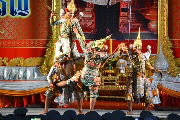 Traditionelle Tänze werden gezeigt.