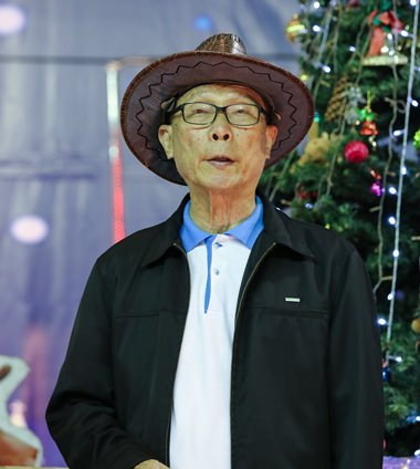 Waisenhaus Direktor Vater Michael Weera Panrak bei seiner Eröffnungsansprache nach dem Beleuchten der Christbäume.