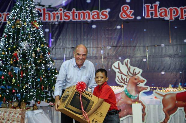 Dr. Otmar Deter, der Präsident des Rotary-e Clubs Dolphin, durfte auch Geschenke an die Kinder verteilen.