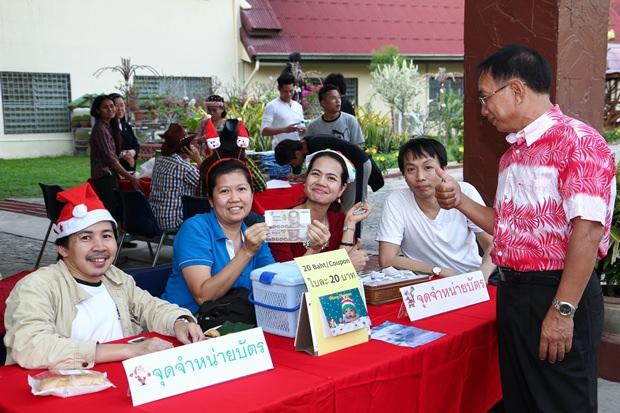 Die Helfer des Pattaya Oprphanages verkaufen Lotterielose.