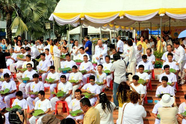 Der Vizebürgermeister leitete die Massenordination der künftigen Mönche.