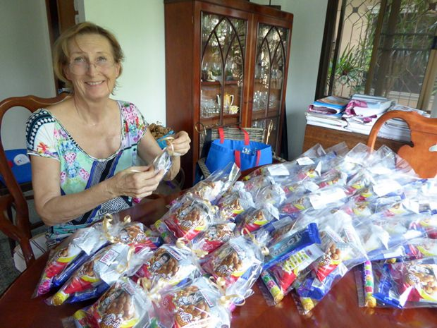 Die Kinder freuen sich natürlich auch über die ÜberraschUngspäckchen, die von Dr. Margret Deter so liebevoll verpackt wurden.