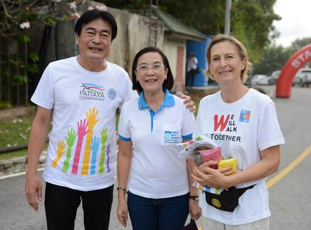 (Von links) Vizebürgermeister Ronakit Eaksing, HHNT Direktorin Rachada Chomjinda, und Dr. Margaret Deter.