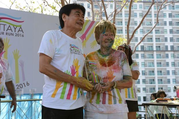 Vizebürgermeister Ronakit Eaksing (links) überreicht den Preis an den ältesten Teilnehmer.