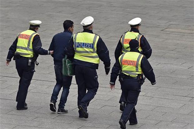 Die Polizei führt einen der Sexual-Gangster ab. (AP Photo)