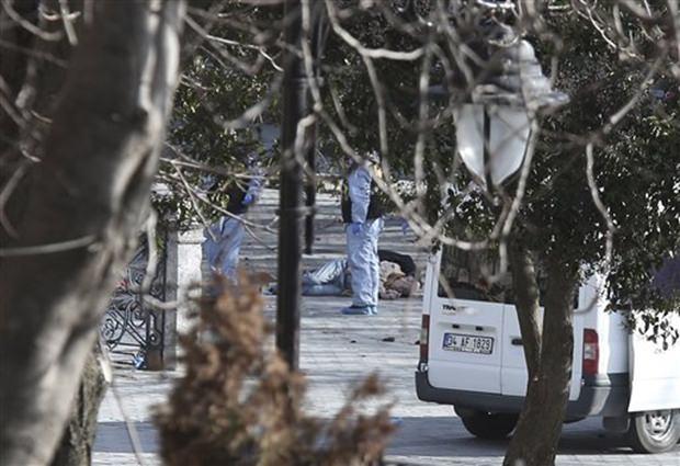 Türkische Polizeibeamte arbeiten an der Explosionsstelle. (AP Photo)