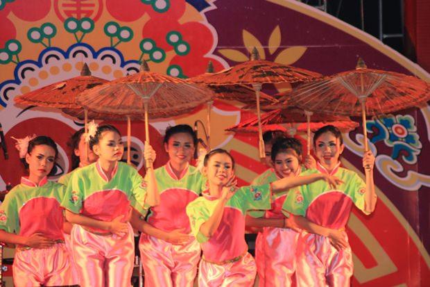 Die chinesische Schirm-Schau wird zwar ohne Melone aber mit viel Charme dargebracht.