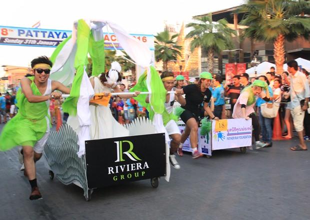 Die Riviera Group läuft gegen das Father Ray Foundation Team, das aus Volonteuren bestand.