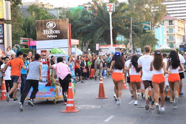 Die Hooters' Girls gegen das Kombi-Team von Pattaya Mail & Juror Laws, das aus lauter jungen Rotariern bestand.