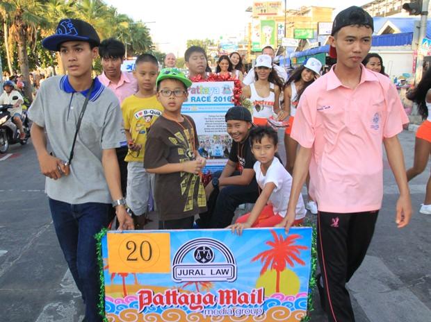 Kinder der Banglamung Intertech Schule und andere Kinder von verschiedenen Wohltätigkeitsorganisationen bei der Parade.