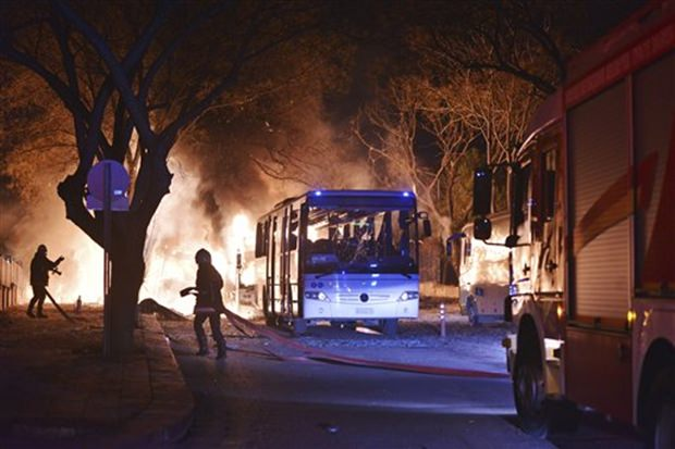 Feuerwehren versuchen die brennenden Militärfahrzeuge und Busse zu löschen. (IHA via AP)