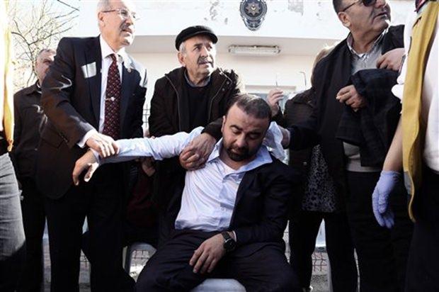 Sanitäter und Bürger helfen gleichermaßen die Verletzten zu bergen. (AP Photo/Burhan Ozbilici)