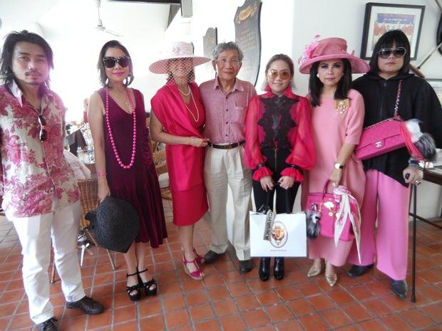 Dr. Kris Chatamra (4. non links), der Chef des Queen Sirikit Brustkrebscenter und seine Gattin Khunying Finola (3. ion links) im Kreise hochrangiger Freunde.