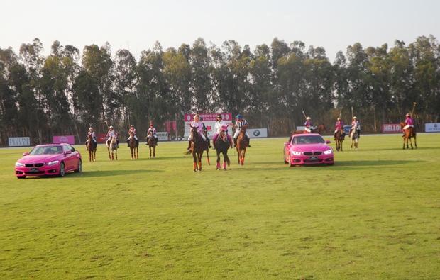 Der wunderbare Einzug der Finalistinnen eingerahmt von 2 pinkfarbigen BMWs.