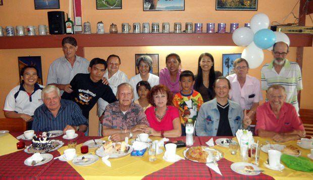 Axel Borsdorf (sitzend 2. Von links) bei seiner 66. Geburtstagsfeier im Deutschen Haus mit einigen seiner Freunde.