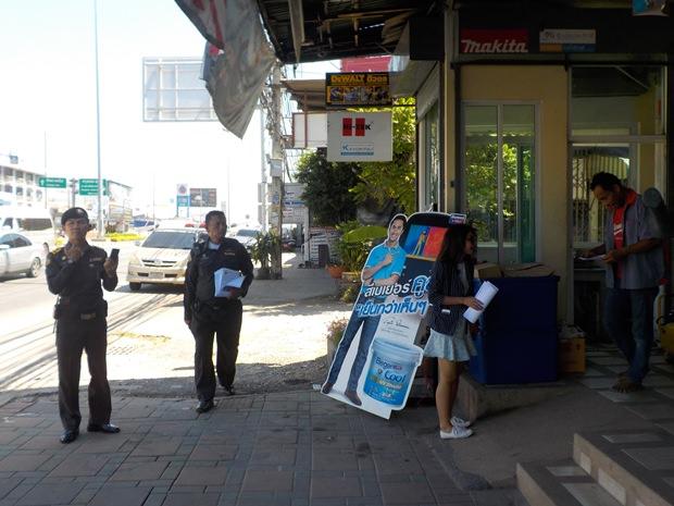 Flugzettel werden verteilt um die Bevölkerung und die Touristen auf die Regelung hinzuweisen.
