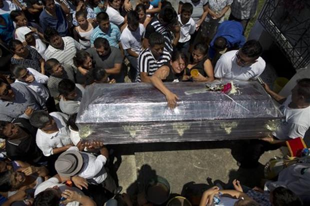 Mittlerweile werden die Toten beerdigt. Hier zwei kleine Kinder. (AP Photo/Rodrigo Abd)