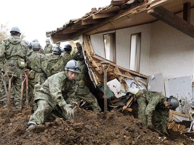 Es wird fieberhaft nach den noch Vermissten auf den Plätzen gesucht, wo das Erdbeben am stärksten war. Aber auch auf der südlichen Insel Kyushu wird gesucht, obwohl dort viele Gebiete durch Erdrutsche und Brückeneinstürze unzugänglich geworden sind. (Takuya Inaba/Kyodo News via AP)