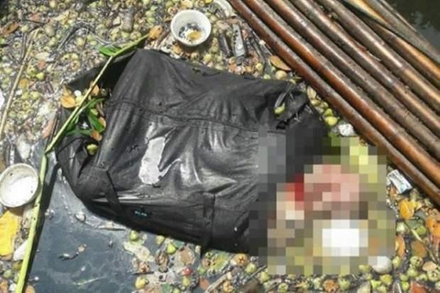 Die gefundene Tasche mit der Leiche aus der der Kopf ragt (verdeckt im Bild).