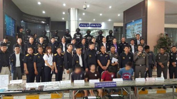 Stolz präsentieren sich die zuständigen Beamten mit den verhafteten Drogenschmugglern.