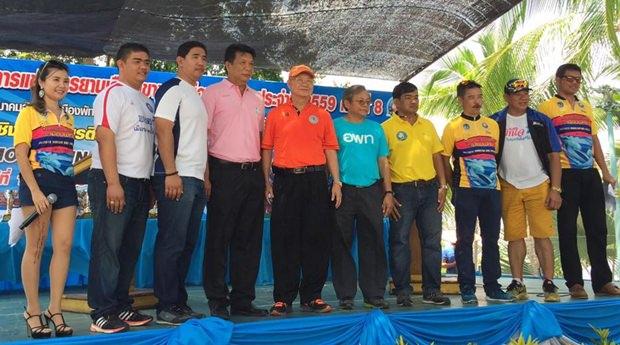 Vizebürgermeister Wattana Chanataworanon hat den Vorsitz bei der Eröffnung der 'Pattaya Mountain Bike Challenge 2016'.