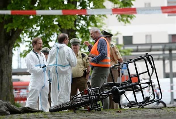 Polizisten stehen am TAtort der Messerstecherei.. (Andreas Gebert/dpa via AP)