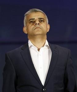 Sadiq Khan von der Labour Party hört sich die Verkündung der Wahlergebnisse an. (AP Photo/Kirsty Wigglesworth)